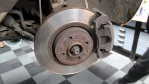 Comment vérifier les disques et plaquettes de freins?